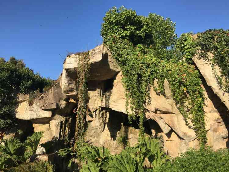 Originellement, la grotte était appuyée contre le palmarium, aujourd'hui disparu.