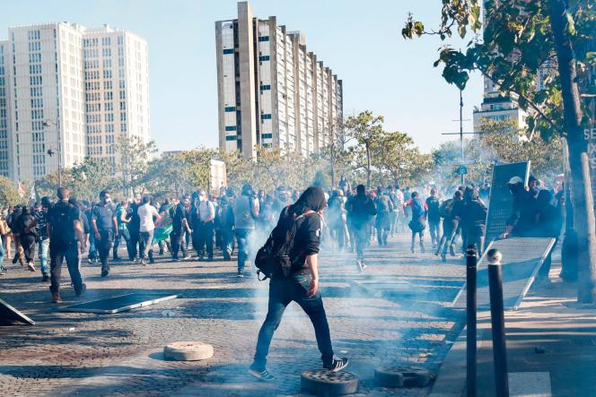 Nuage de gaz lacrymogènes à Paris lors de la Marche pour le climat, le 21 septembre.