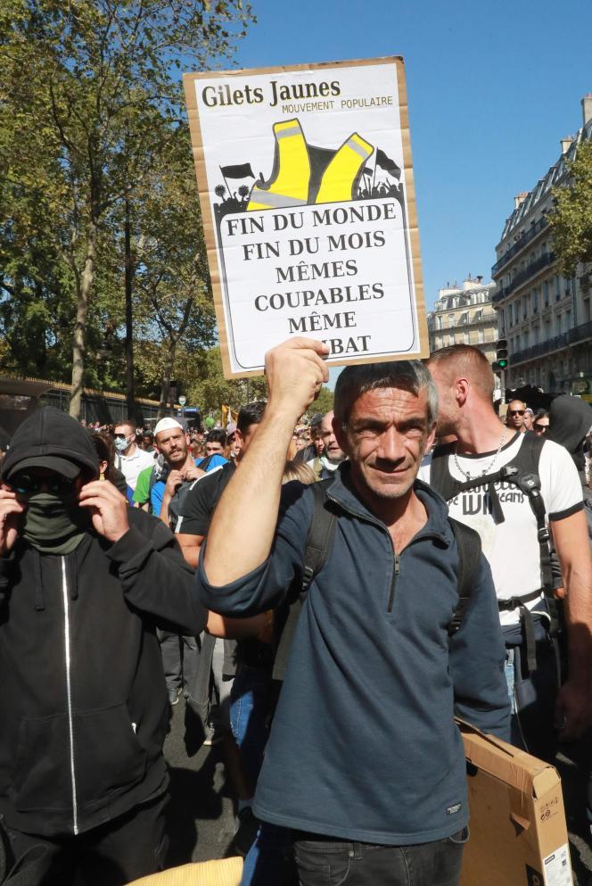 Des «gilets jaunes» ont rejoint la marche pour le climat, à Paris, le 21 septembre.