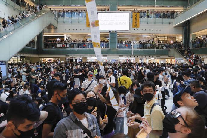 Des militants prodémocratie manifestaient dans un centre commercial du district de Yuen Long, le 21 septembre 2019 à Hongkong.