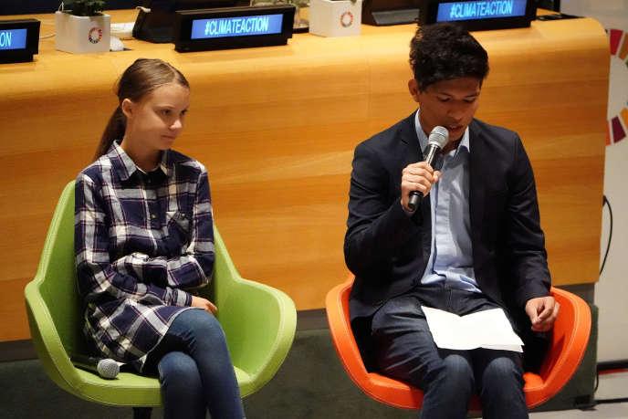 La militante écologiste Greta Thunberg écoute le militant argentin Bruno Rodriguez, au sommet des jeunes sur le climat, à New York, le 21 septembre.