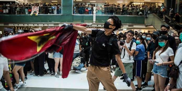 A Hongkong, les manifestations continuent, en brûlant, en cassant et… en chantant
