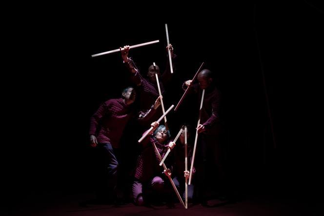 Les morceaux de bois manipulés par la compagnie Trois Six Trente pour former le personnage de Carcasse dans le spectacle de Bérangère Vantusso.