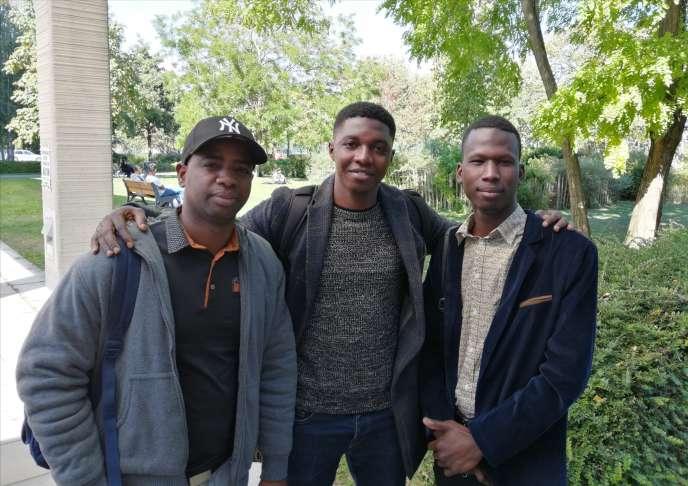Modibo Massaké (au centre) est le porte-parole du Collectif des étudiants étrangers de l'université de Nanterre. A droite, Mamoudou Falassa Sidibé, président de l'Association des étudiants maliens d'Ile-de-France.
