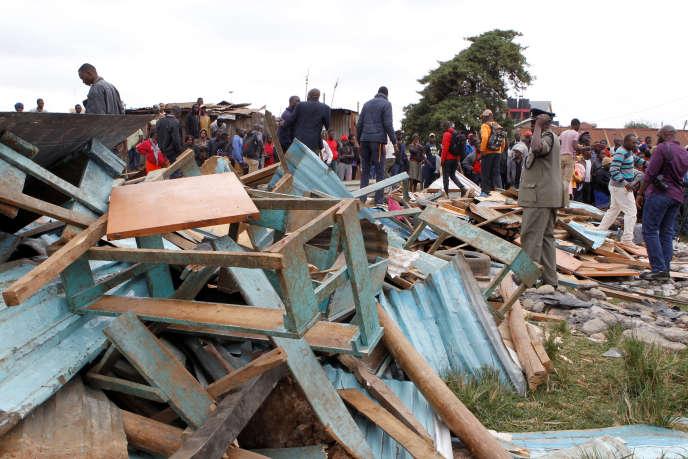 Un policier se tient près des débris de la salle de classe effondrée, à Nairobi, le 23septembre 2019.