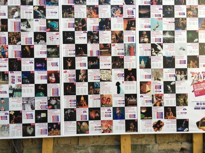 Le tableau où sont affichés tous les spectacles programmés dans le cadre du«in» du FMTM avec les informations pratiques, dans la cour de l'« Espace Festival» à Charleville-Mézières, le 21 septembre.