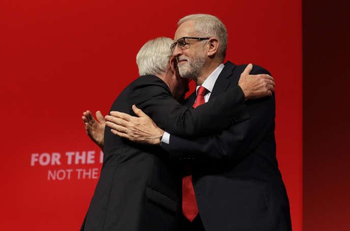Jeremy Corbyn et le député travaillisteJohn McDonnell, lors du congrès annuel du Labour, à Brighton (Royaume-Uni), le 23 septembre.