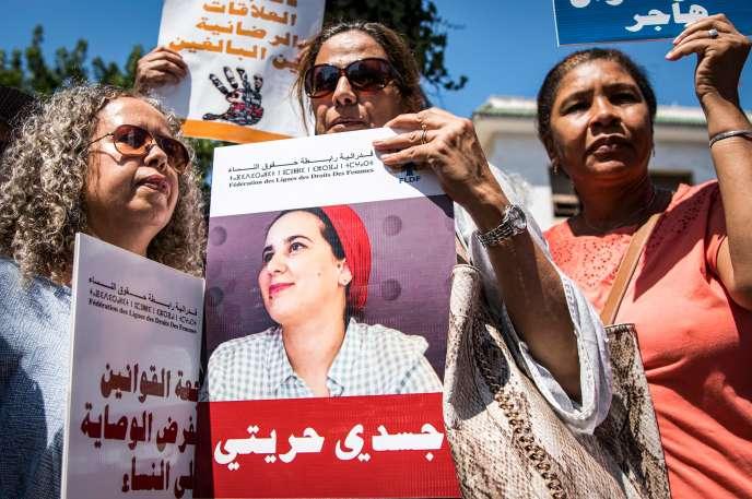 Des manifestantes affichent leur soutien à la journaliste Hajar Raissouni, devant un tribunal de Rabat, le 9 septembre.