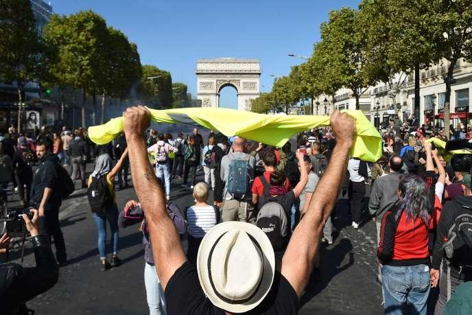 Lors d'une mobilisation des« gilets jaunes», sur les Champs-Elysées, le 21 septembre, à Paris.