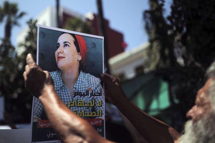 Pancarte de soutien àHajar Raissouni, brandie par des manifestants devant un tribunal de Rabat, le 9 septembre.
