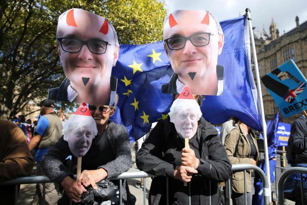 Des activistes anti-Brexit devant le Parlement britannique, à Londres, brandissant des caricatures de Dominic Cummings, le 4 septembre 2019.