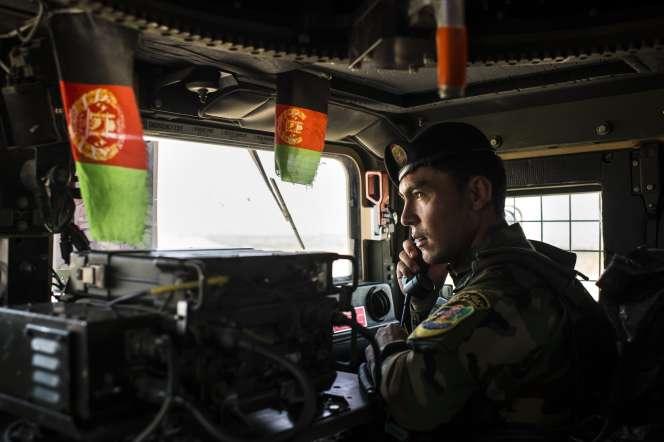 Un soldat de l'armée nationale afghane dans un convoi militaire le 28 août dans la province deNangarhar.