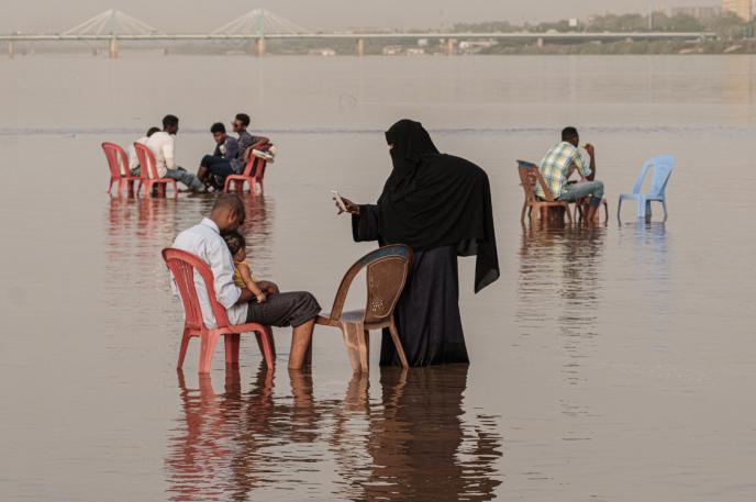 Une mère prend sa fille en photo à l'aide de son smartphone, à Khartoum, au Soudan, le 24juin 2019.