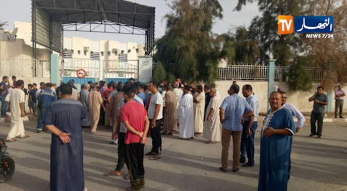 Des habitants se rassemblent devant l'hôpital mère-enfant d'Oued Souf, en Algérie, après l'incendie de la maternité, le 24septembre 2019.