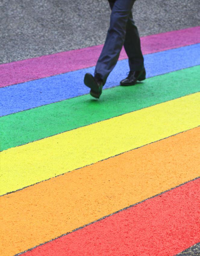 « Les politiques d'inclusion qui luttent contre les biais inconscients construits par les représentations sociétales profitent à l'ensemble de l'organisation» (Homme marchant sur un arc-en-ciel, symbole du mouvement LGBT).