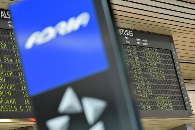 La direction de l'aviation civile slovène (CAA) a révoqué la licence de la compagnie, dont plus aucun avion n'est autorisé à voler.