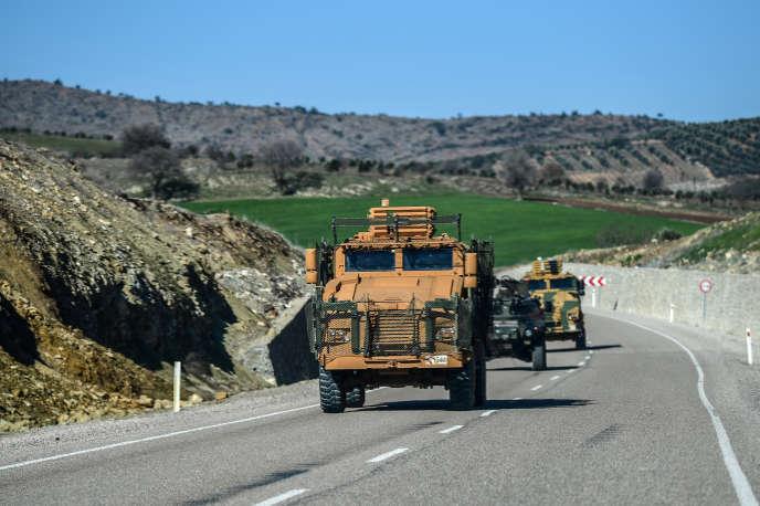 L'armée turque en opérations près de Kilis, à proximité de la frontière syrienne, où avait été arrêté un groupe de deux femmes djihadistes avec des enfants.