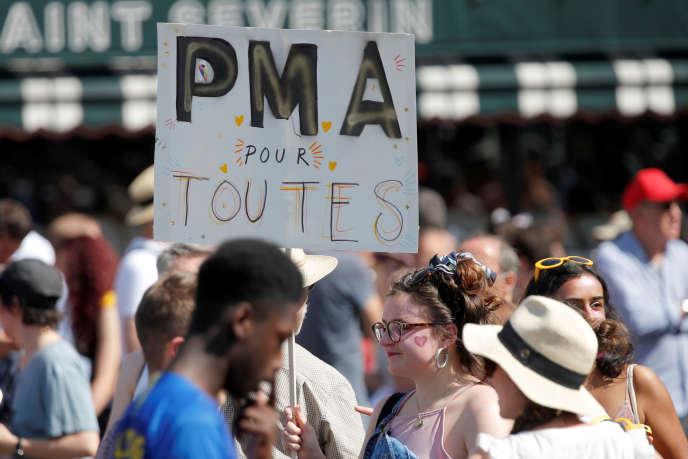 Mobilisation pour revendiquer l'accès à la PMA pour toutes, pendant la Marche des fiertés à Paris, le 29 juin.