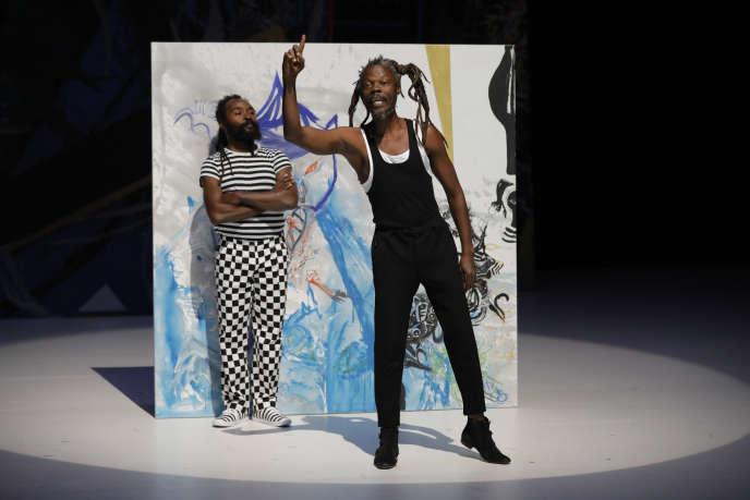 Bedfod Valès (en noir et blanc, au second plan) et Edouard Baptiste (en noir, au premier plan) dans«L'Animal imaginaire», de Valère Novarina au Théâtre de la Colline, à Paris.