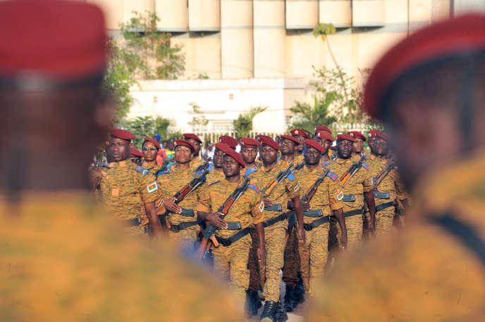 Lors de l'investiture du chef d'état-major de l'armée burkinabée, Oumarou Sadou (limogé en janvier 2019), à Ouagadougou, le 4janvier 2017.