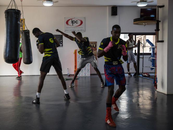 Idrissa Gueye (au premier plan) s'entraîne avec des camarades dans leur club, Keur of Champions, le 20 septembre 2019 à Dakar, au Sénégal.