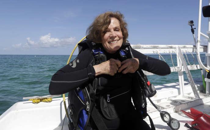 L'océanographe Sylvia Earle lors d'une recherche sur les coraux, le 11 août 2014, au large des côtes d'Islamorada, en Floride.