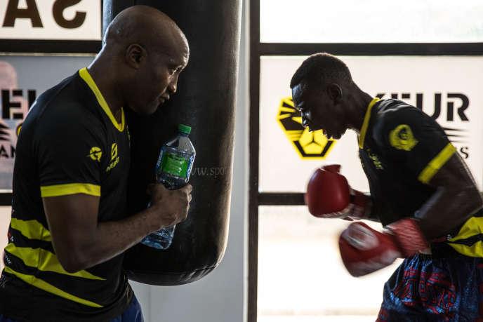 Idrissa Gueye (à droite) s'entraîne avec son coach, le champion du monde Souleymane Mbaye, le 20 septembre 2019 à Dakar, au Sénégal.