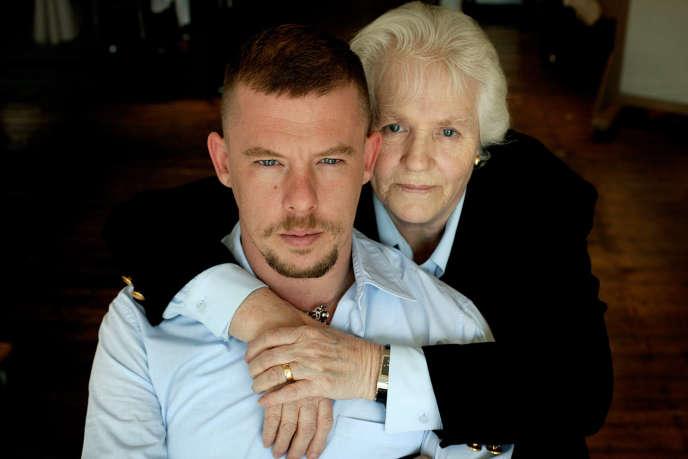 Alexander McQueen et sa mère Joyce.
