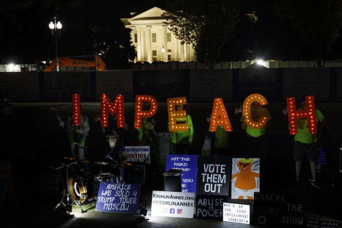 Des panneaux appelant àl'« impeachment» de Donald Trump, devant la Maison Blanche, à Washington,le 24septembre.