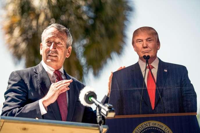Mark Sanford, candidat à l'investiture des républicains pour la présidentielle, à Columbia (Caroline du Sud), le 16 septembre 2019, à côté d'une effigie de Donald Trump.