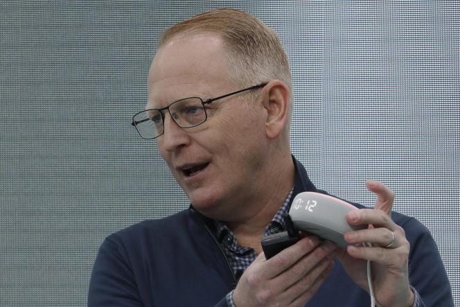 Dave Limp, responsable des produits Amazon, présentela nouvelle enceinte Echo Dot, qui affiche désormais l'heure.