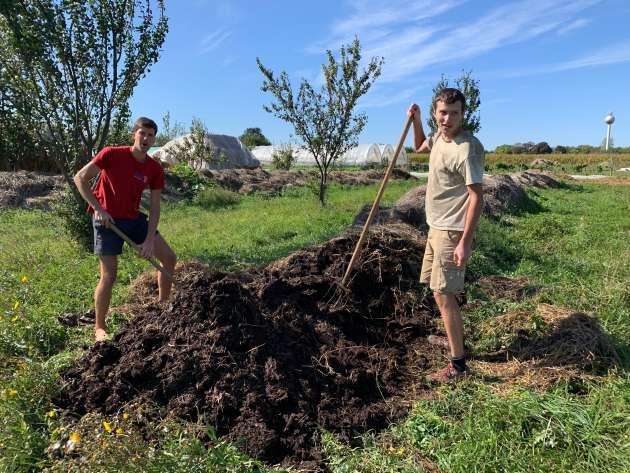 Pierre et Paul-Henri retournent des lignes de compost dans la ferme de Zsambock, en Hongrie.