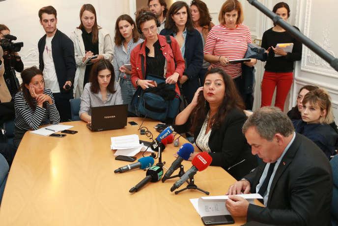 Lors de la conférence de presse tenue par Sandra Muller et son avocat, Francis Spizner, à Paris le 25 septembre.