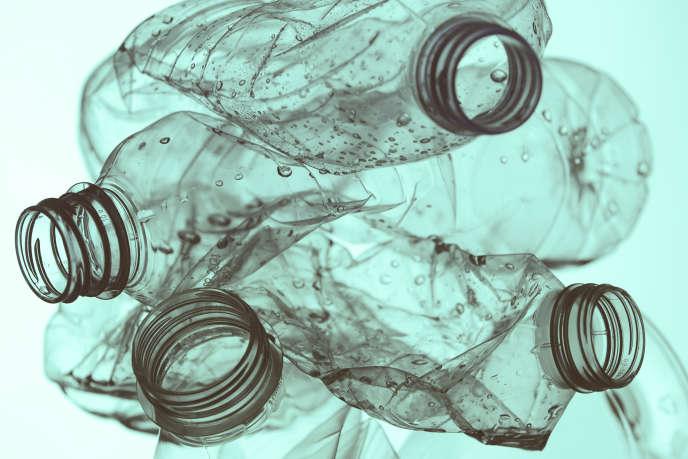 Le projet de loi économie circulaire, défendu par la secrétaire d'Etat Brune Poirson, prévoit dans sa version initiale,la mise en place de la consigne, un système où les consommateurs rapporteraient leurs bouteilles en plastique ou les canettes, dans des points de collecte prévus à cet effet.