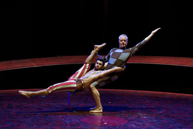 Deux des artistes de la troupe de Philippe Decouflé: l'acrobate Aurélien Oudot porté par le danseur et chorégraphe Herman Diephuis.