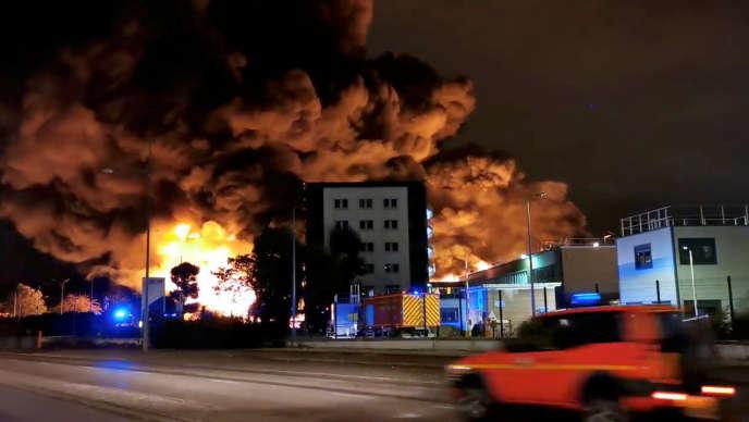 «Tout un pan de l'industrie se trouve donc aujourd'hui à distance des principaux foyers de population… et le paie très cher» (Photo: l'incendie Lubrizol, à Rouen, le 26 septembre).