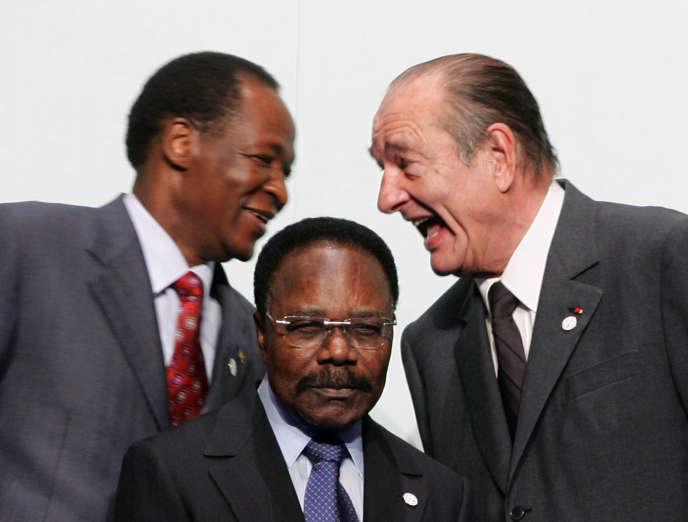 De gauche à droite: les présidents Blaise Compaoré (Burkina Faso), Omar Bongo Ondimba (Gabon) et Jacques Chirac (France), lors du 24esommet Afrique-France, à Cannes, le 16février 2007.