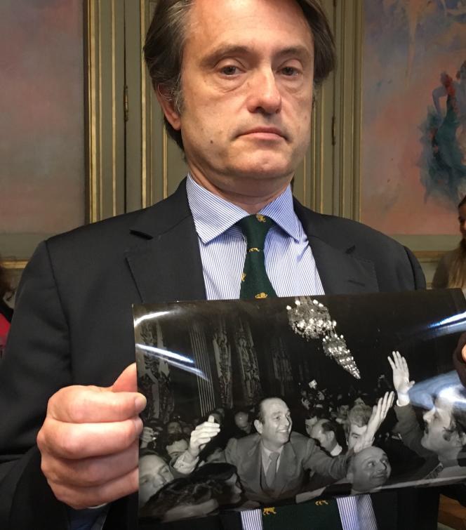 Hervé Croux présentant une photo de Jacques Chirac, le soir de son élection comme maire