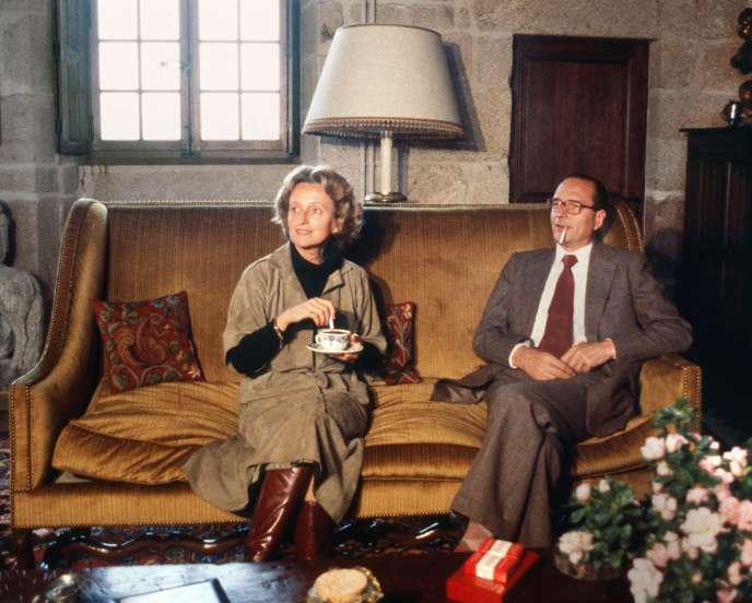 Bernadette Chirac, alors en campagne pour les élections cantonales en Corrèze, et Jacques Chirac, dans leur châteaude Bity, à Sarran, en mars 1979.