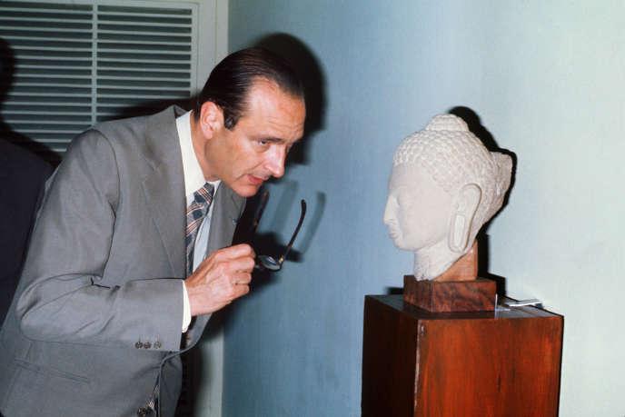 Alors premier ministre, Jacques Chirac visite le musée Taj Mahal, à Agra, en Inde,le 26 janvier 1976.