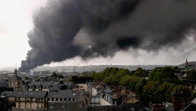 Les fumées émises par l'incendie de l'usine Lubrizol à Rouen, le 26 septembre 2019.