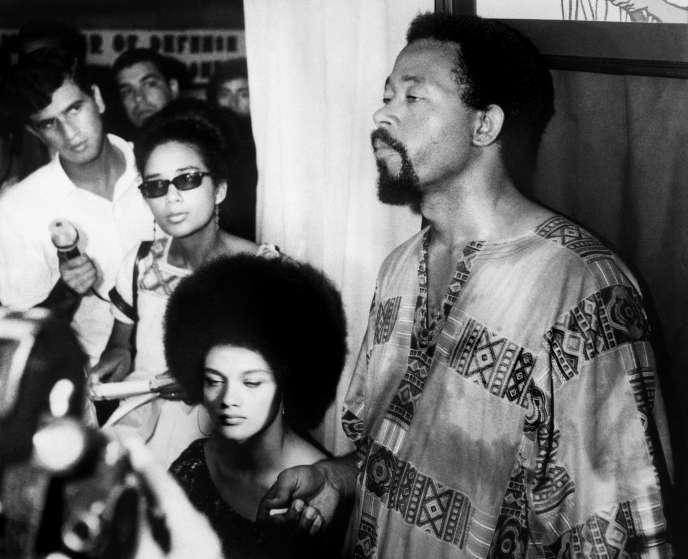 Eldridge Cleaver (à droite), porte-parole des Black Panthers, lors d'une conférence de presse à Alger, le 24juillet 1969.