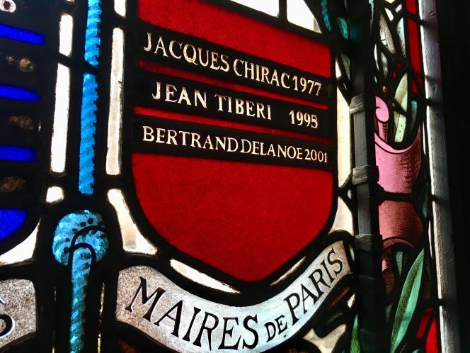 Le nom de Jacques Chirac, sur un vitrail de la Mairie de Paris