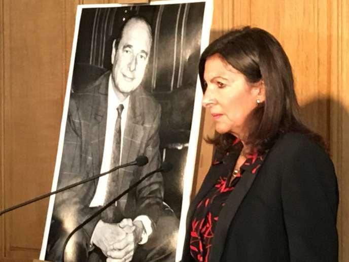 Anne Hidalgo devant un portrait de Jacques Chirac, le 26 septembre 2019
