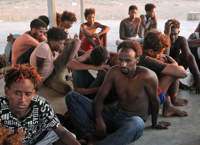 Des migrants subsahariens à Khoms, à une centaine de kilomètres à l'est de la capitale libyenne Tripoli, le 26 juillet 2019.