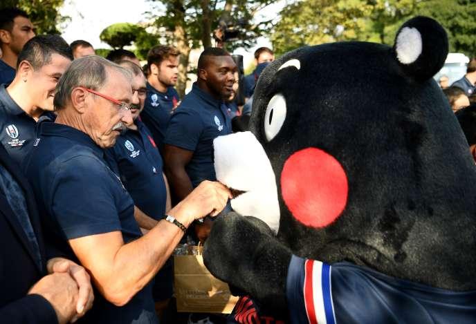 C'est jour de repos aujourd'hui, donc le moment de savoir qui fait quoi. On a retrouvé Jacques Brunel en pleine rencontre avec une mascotte aux abords de Kumamoto le 26 septembre.