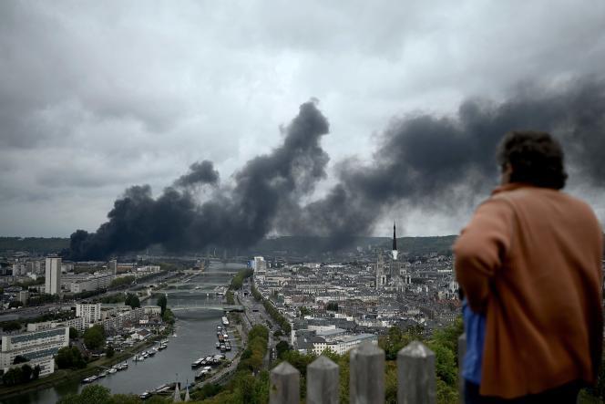 A Bonsecours, près de Rouen, lors de l'incendie de l'usine Lubrizol, le 26 septembre 2019.