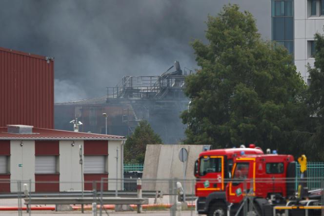 De la fumée noire remplit l'air après qu'un grand incendie s'est déclaré dans l'usine Lubrizol à Rouen, le 26 septembre 2019.