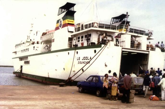 Le «Joola» à Ziguinchor, en Casamance, début 2002.