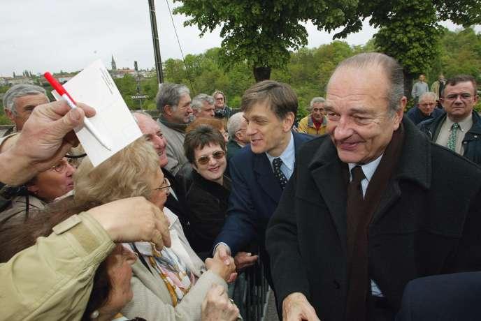 Le président candidat Jacques Chirac prend un bain de foule, le 28 avril 2002, à Nontron, en Dordogne.
